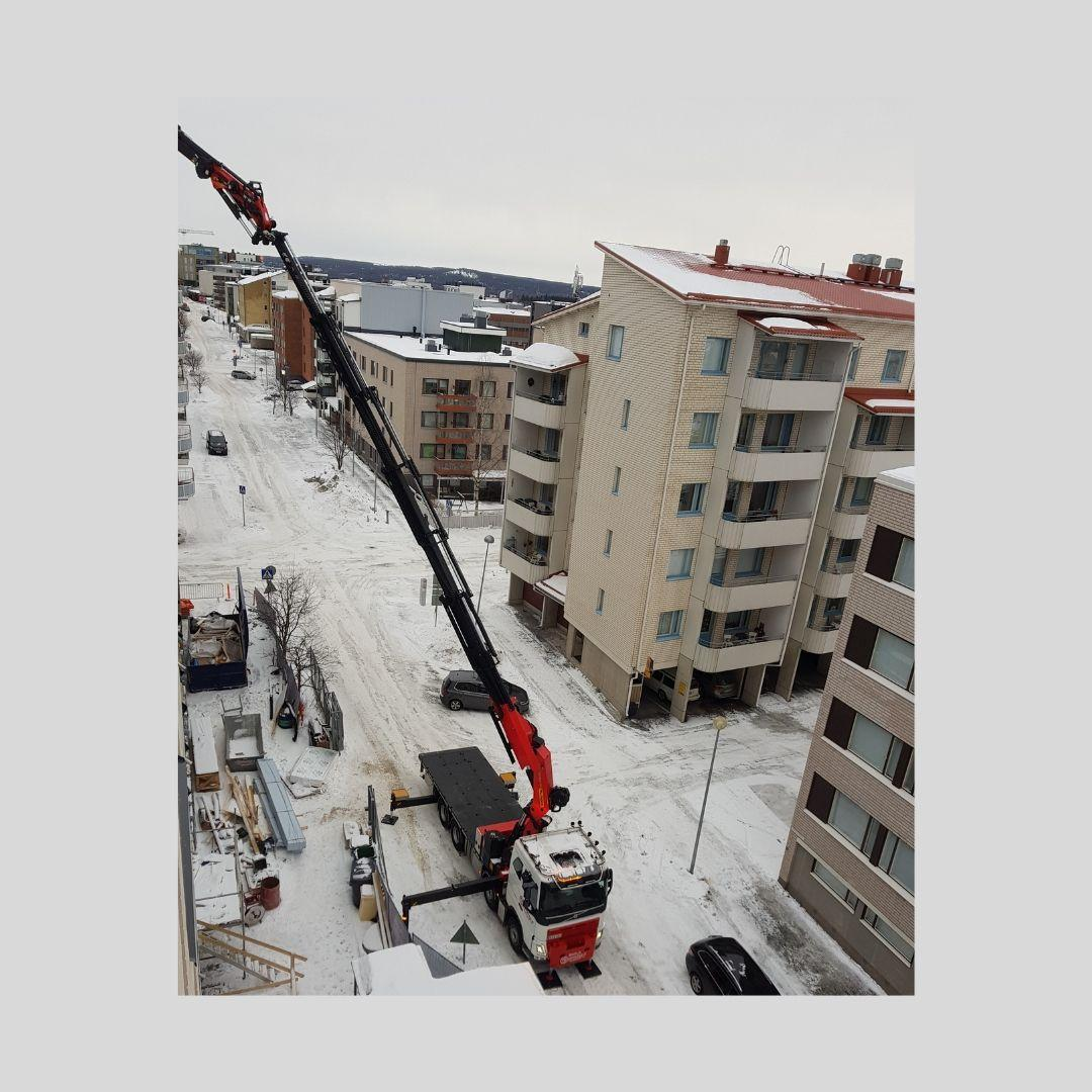 Nosto rakennustyömaalla Rovaniemellä.