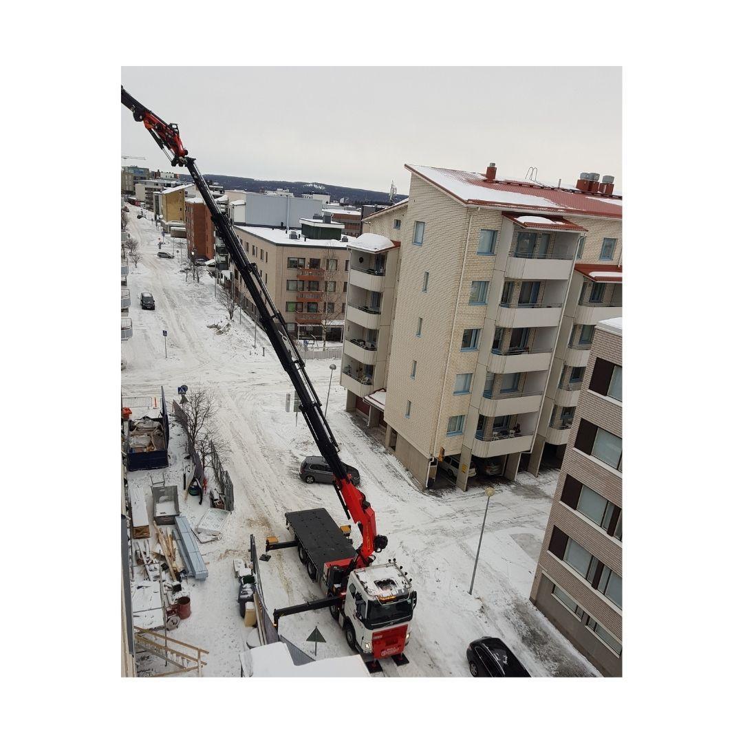 Nostotyö rakennustyömaalla Rovaniemellä.